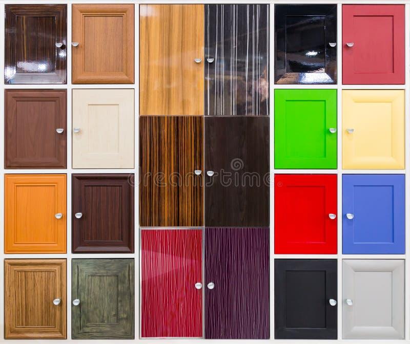 Detail van kleurrijke deuren met aardige handvatten stock afbeelding