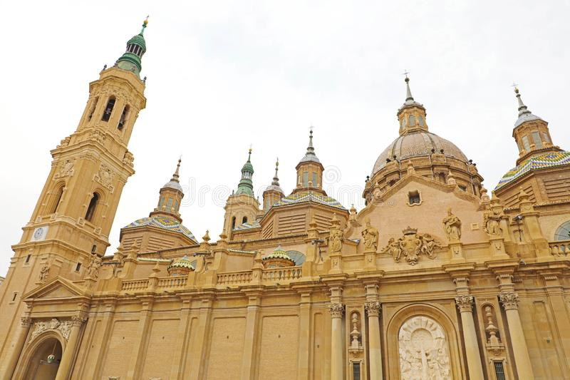 Detail van koepel en torens van de Basiliekkathedraal van Onze Dame van Pijler in Zaragoza, Aragon, Spanje royalty-vrije stock fotografie