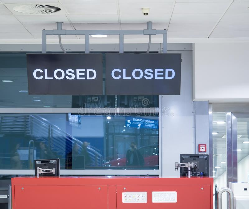 Detail van lege vertrekincheckbalie Teken op het scherm wordt gesloten dat Gesloten luchthavenpoort royalty-vrije stock fotografie