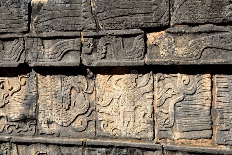 Detail van Mayan Muur die Chichen Itza snijden stock fotografie