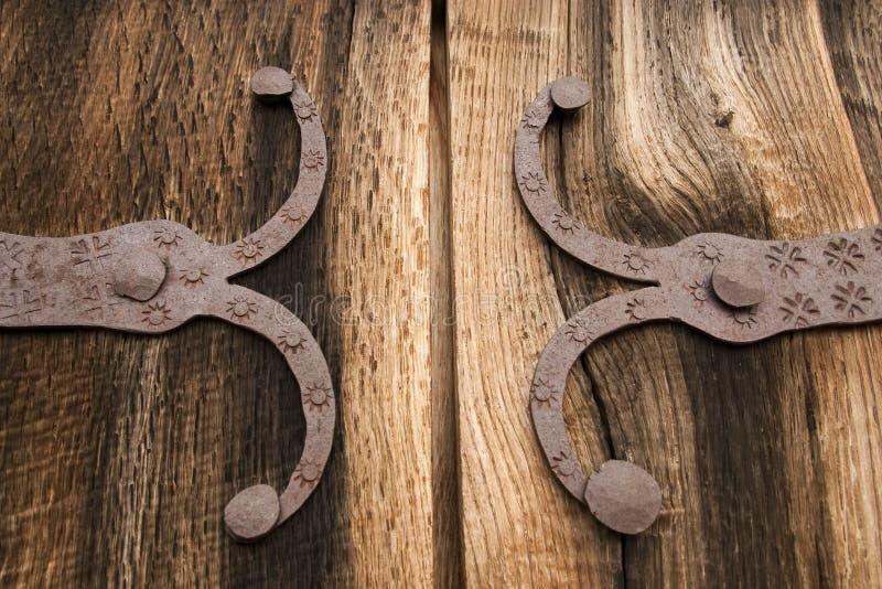 Detail van oude eiken houtpoort met metaaldecoratie royalty-vrije stock afbeeldingen
