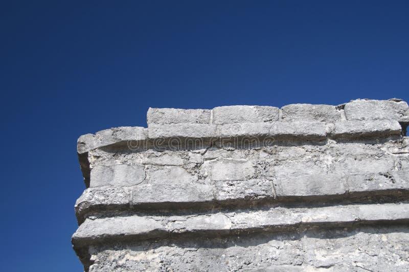 Detail van Oude Mayan tempel tegen diep blauw s royalty-vrije stock afbeelding