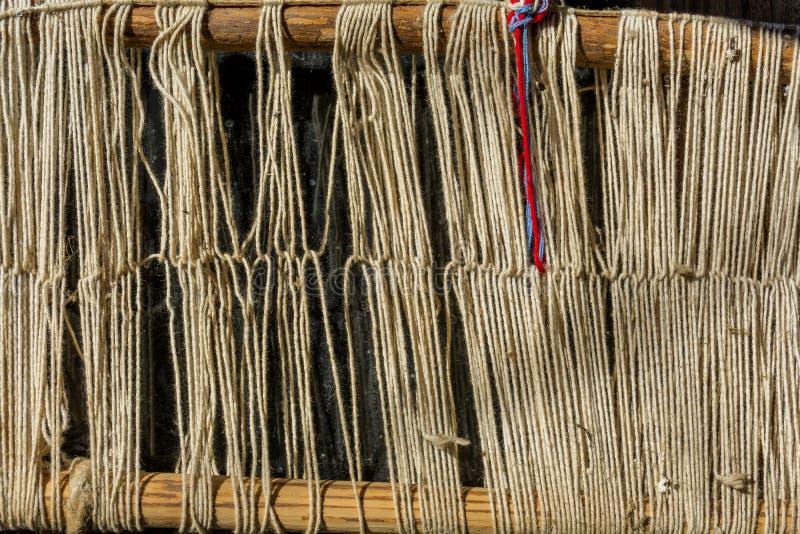 Detail van oude traditionele wevend weefgetouw en pendel op de afwijking Wevend weefgetouw voor eigengemaakt op uitstekende achte stock foto's