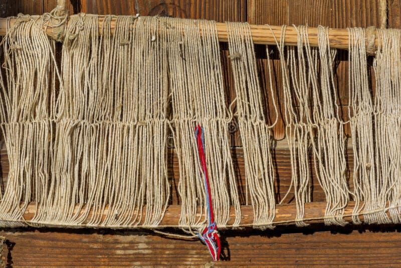 Detail van oude traditionele wevend weefgetouw en pendel op de afwijking Wevend weefgetouw voor eigengemaakt op uitstekende achte stock afbeeldingen
