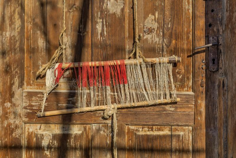Detail van oude traditionele wevend weefgetouw en pendel op de afwijking Wevend weefgetouw voor eigengemaakt op uitstekende achte royalty-vrije stock afbeeldingen