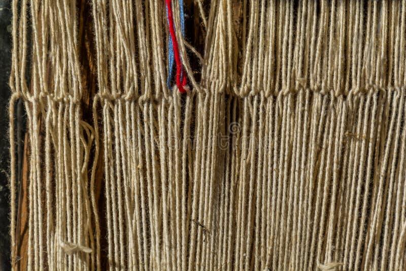 Detail van oude traditionele wevend weefgetouw en pendel op de afwijking Wevend weefgetouw voor eigengemaakt op uitstekende achte stock afbeelding