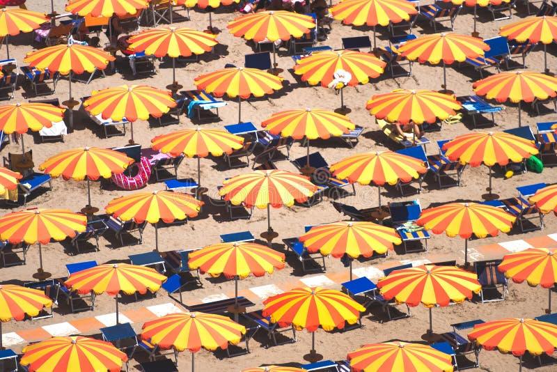 Detail van paraplu's op het strand op de Romagna-kust in Italië stock fotografie