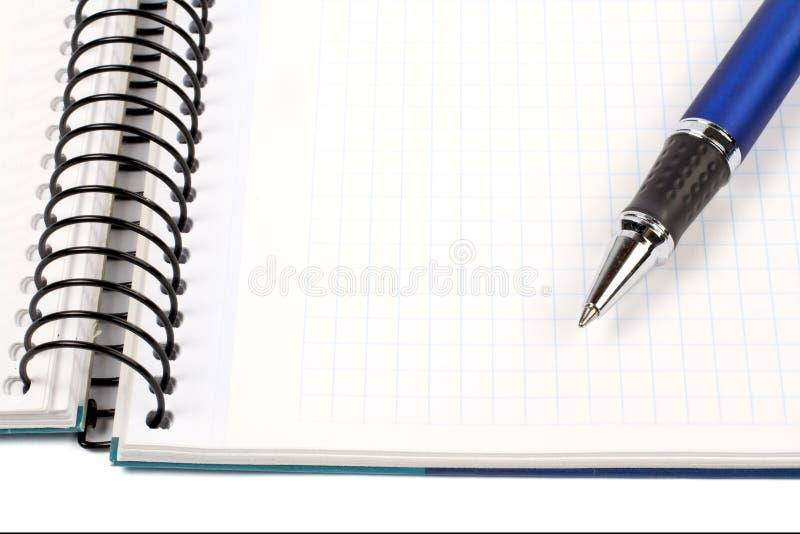 Detail van pen en leeg notitieboekjeblad stock fotografie