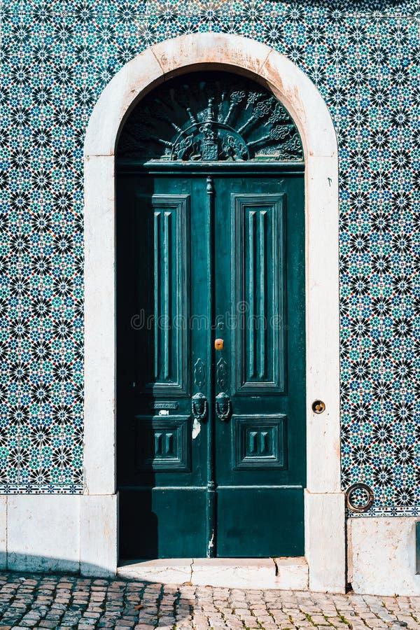 Detail van Portugese architectuur in Lissabon: Oude traditie kleurrijke deur van het huis in Lissabon, Lissabon Portugal stock foto's