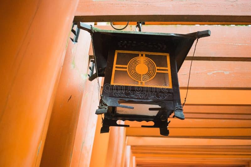 Detail van shintotempel met lantaarn in Kyoto, Japan stock foto's