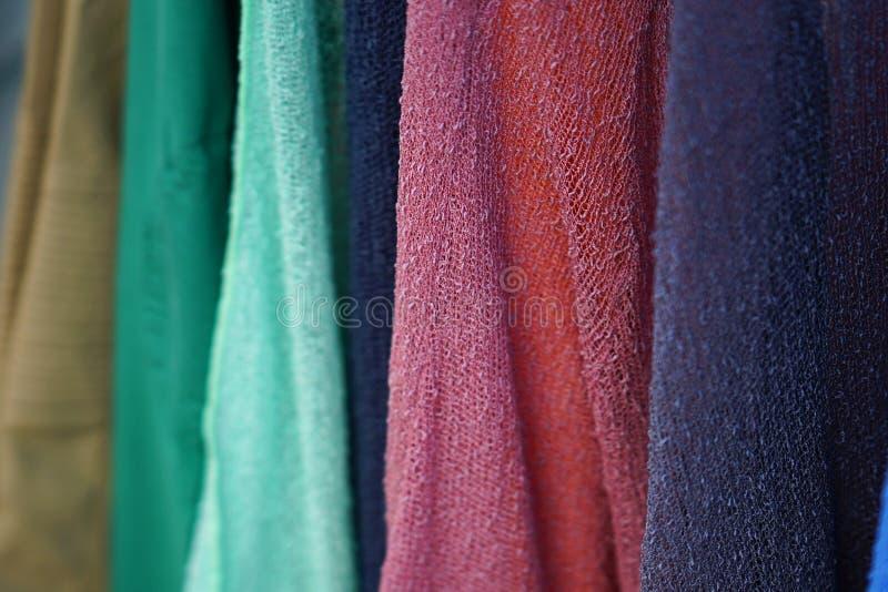 Detail van sjaals en sjaals van diverse kleuren in een winkel in Parikia, Paros stock afbeeldingen