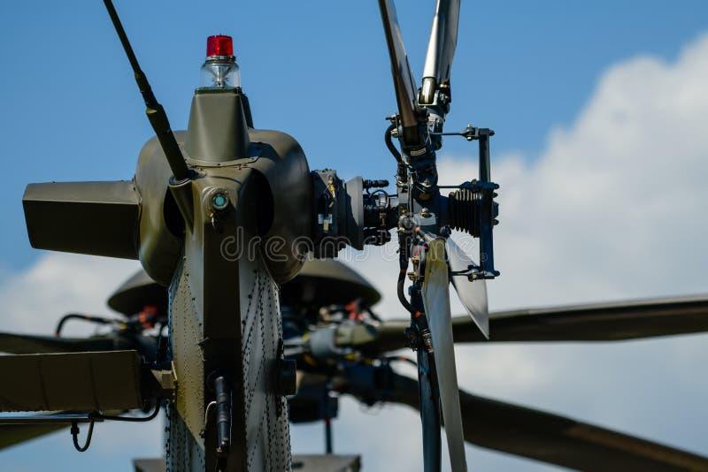 Detail van staartrotor van militaire helikopter, hoofdrotor op achtergrond stock foto's