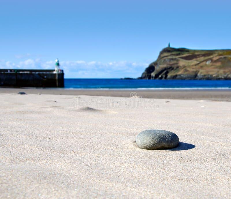 Detail van Steen op een Strand van het Zand met Overzees stock foto