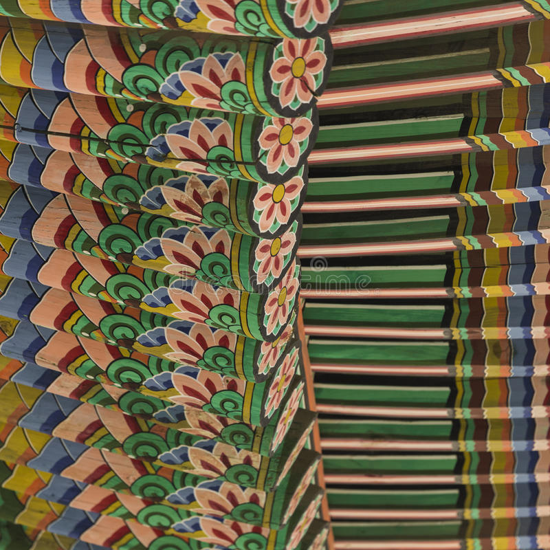 Detail van Traditioneel Koreaans Dak, Kleurrijk Verfraaid Ornament royalty-vrije stock fotografie