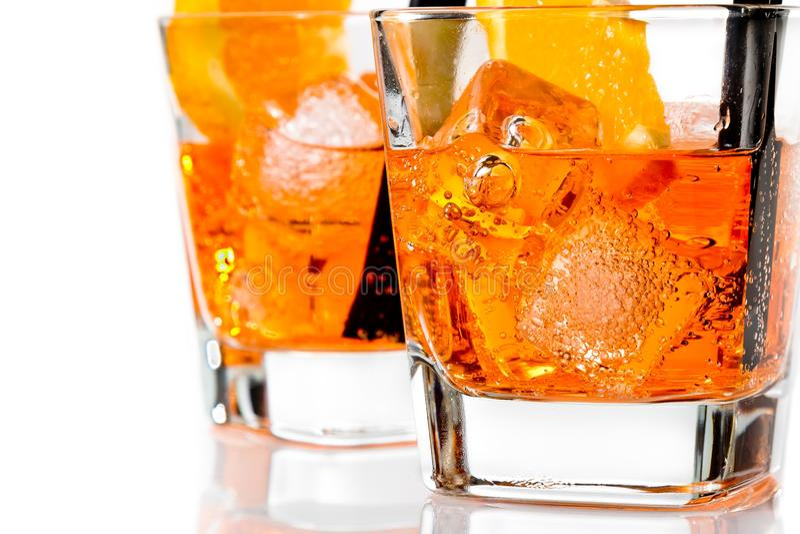 Detail van twee glazen van aperolcocktail van het spritzaperitief met oranje plakken en ijsblokjes royalty-vrije stock fotografie