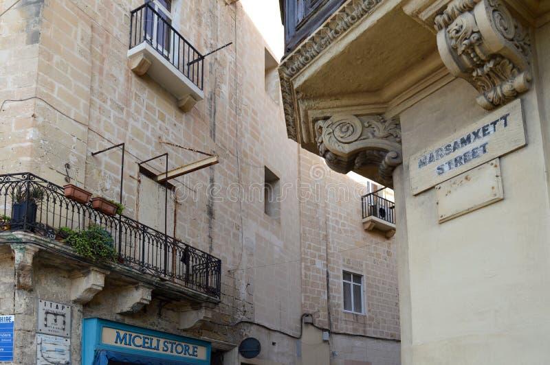 Detail van typisch, kalksteen, Maltese straat in Valletta stock afbeeldingen