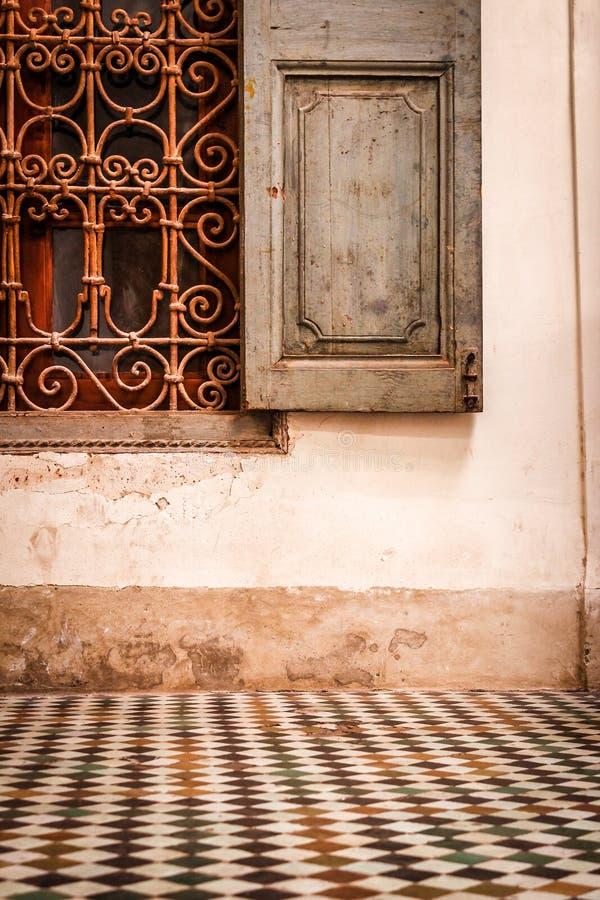 Detail van venster in een oud paleis stock fotografie