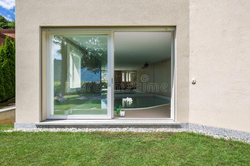 Detail van venster met zwembad, buitenkant van villa royalty-vrije stock foto's