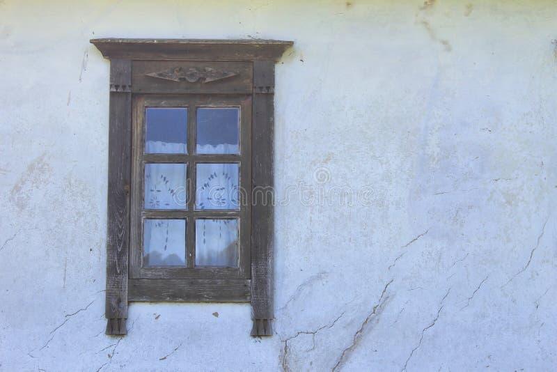 Detail van venster van Oekraïens etnisch landelijk huis stock afbeeldingen