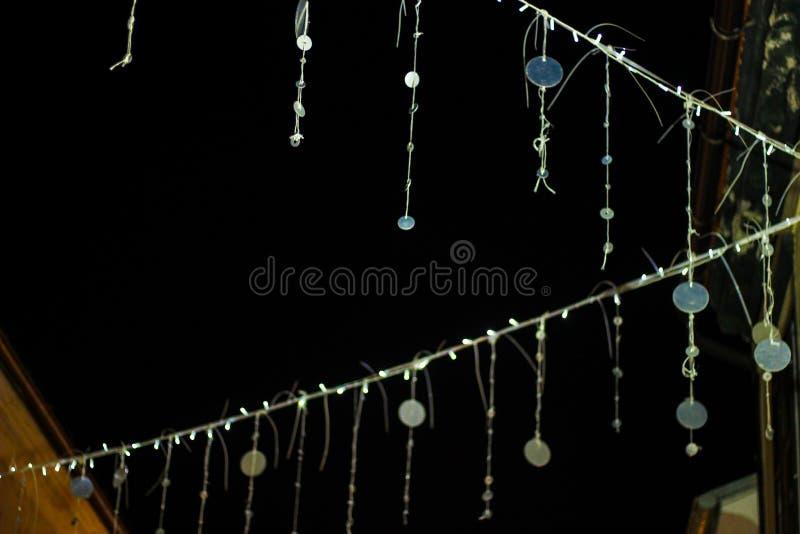 Detail van versierde straten tijdens komst met Kerstmisdecoratie royalty-vrije stock foto