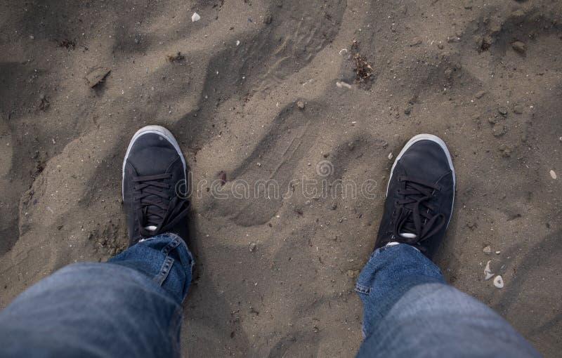 Detail van voeten die zich op de grond bevinden royalty-vrije stock afbeeldingen