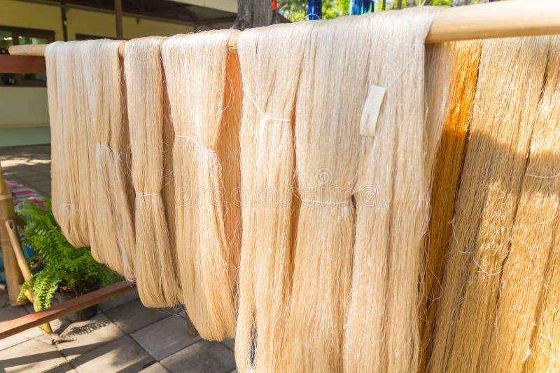 Detail van wevend weefgetouw voor eigengemaakte zijde stock fotografie
