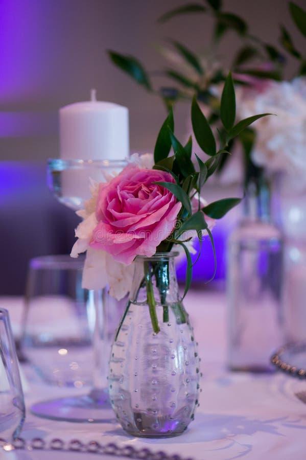 Detail vom Präsidium, von der Hochzeitstafel für ein Paar oder von zwei innen Formal, Heirat lizenzfreie stockfotos