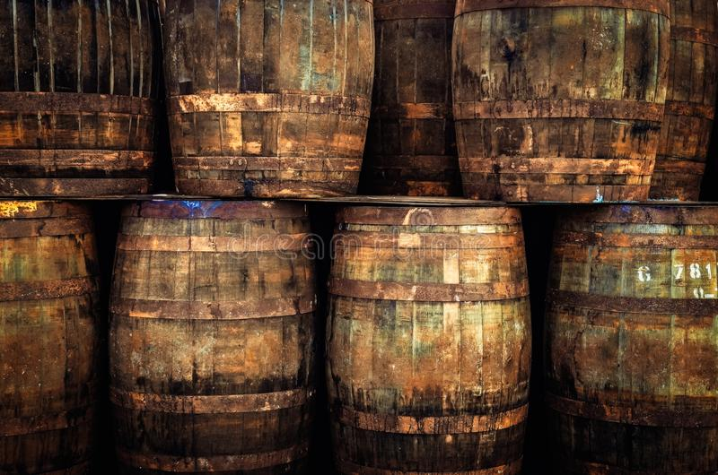 Detail von alten hölzernen Whiskystaplungsfässern stockbild