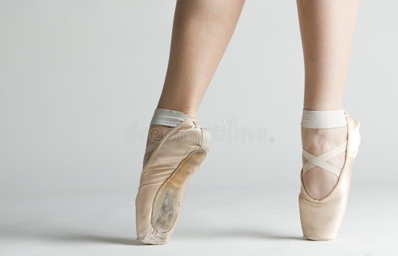 Detail von Ballett dancer& x27; u. x27; s-Füße lizenzfreies stockfoto