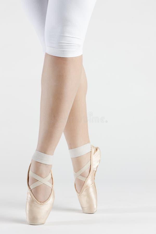 Detail von Ballett dancer& x27; u. x27; s-Füße lizenzfreies stockbild