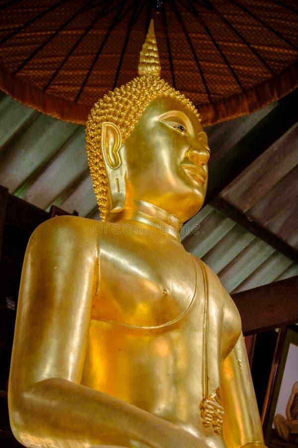 Detail von Buddha-Goldstatuen den buddhistischen Tempel in Udon Thani, Thailand verzierend lizenzfreies stockfoto