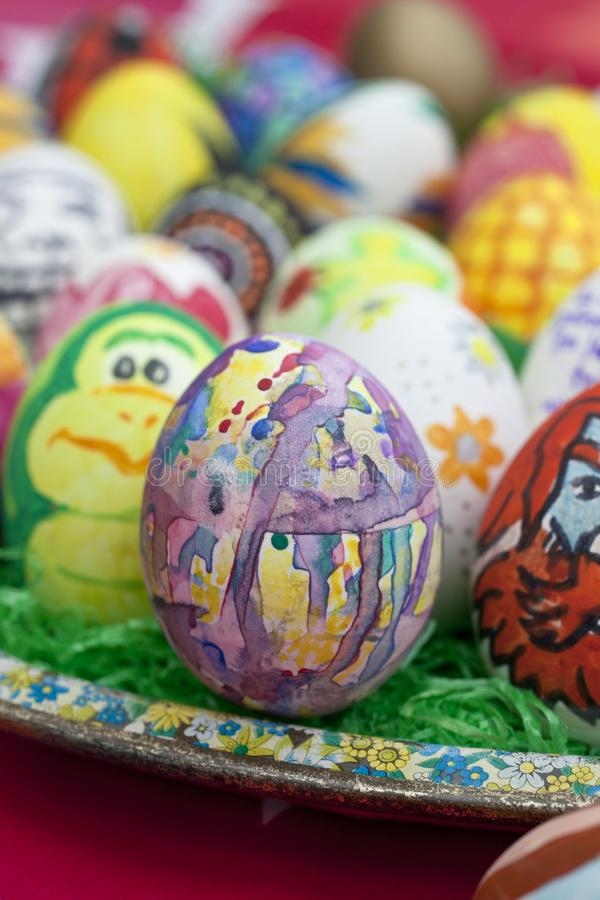 Detail von bunten, gemalten Ostereiern mit verschiedenen Formen und von Tieren lizenzfreie stockbilder