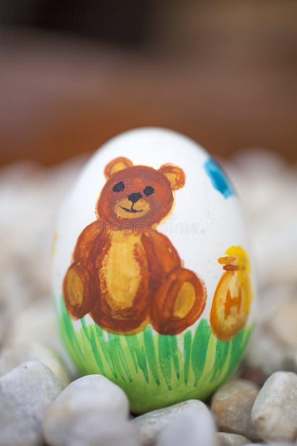 Detail von bunten gemalten Ostereiern mit verschiedenen Formen und Tieren In diesem Fall ein Bär stockfoto