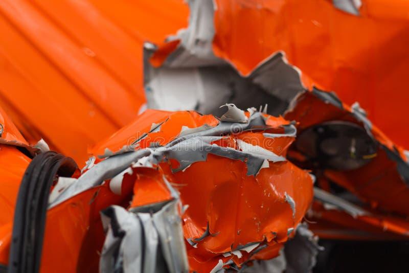 Detail von chasis des besch?digten Fahrzeugs nach gef?hrlichem Autounfall mit heftigem und wringled Metall stockfoto