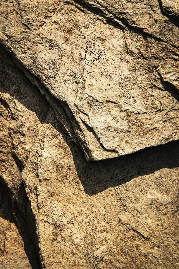 Detail von dunklen Felsen mit Schatten lizenzfreies stockbild