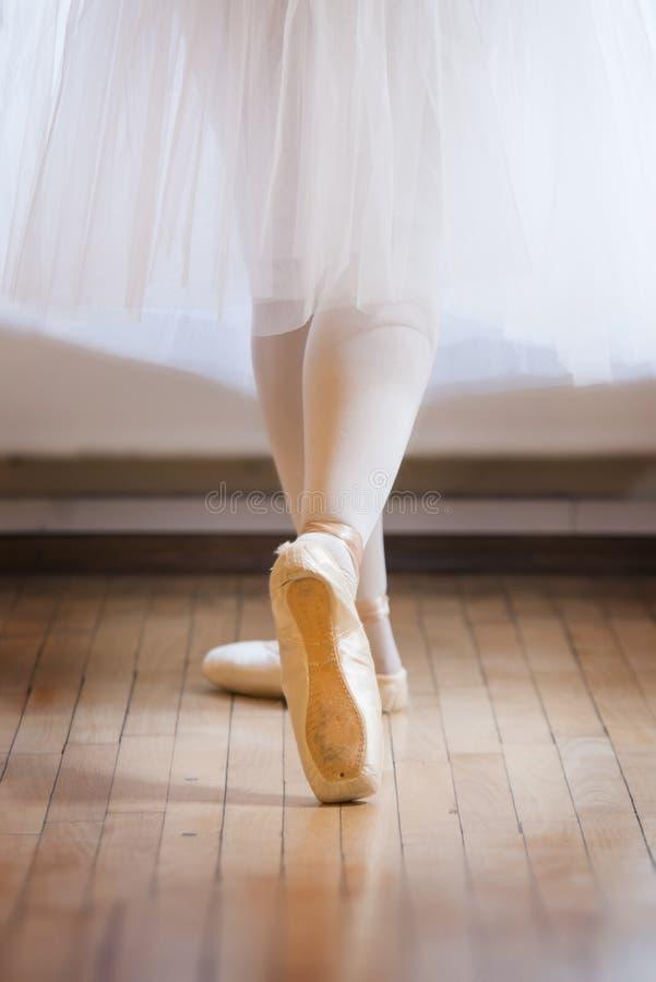 Detail von Füßen des Balletttänzers s stockfotografie