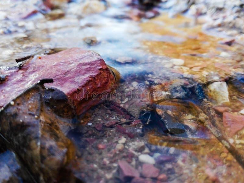 Detail von Felsen im Strom des geschmolzenen Schneewassers lizenzfreie stockfotos