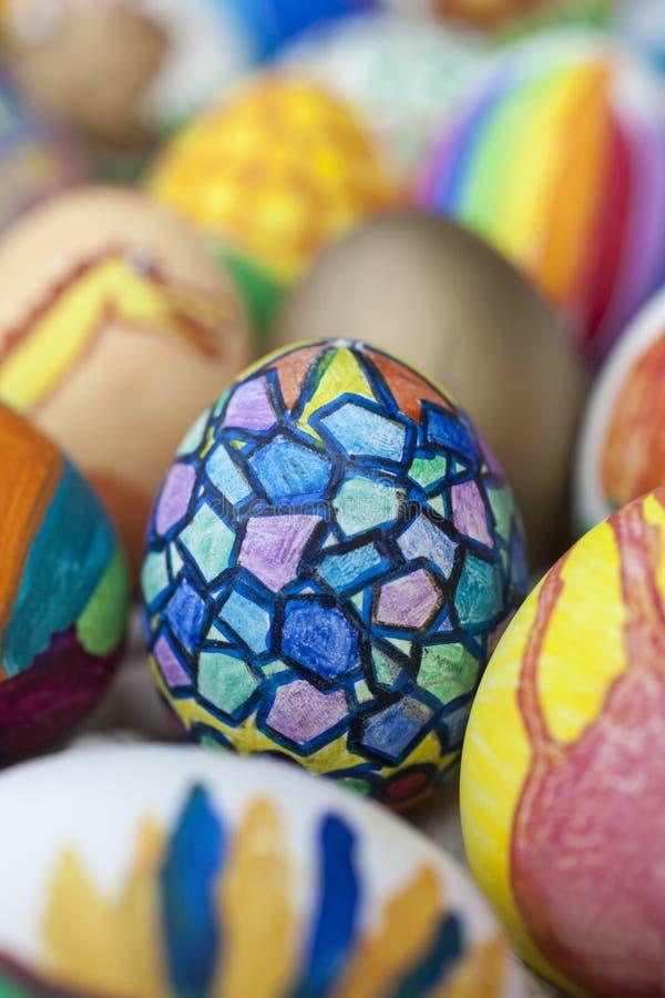 Detail von gemalten Ostereiern mit verschiedenen Formen, Karikaturen und hellen Farben stockfotografie