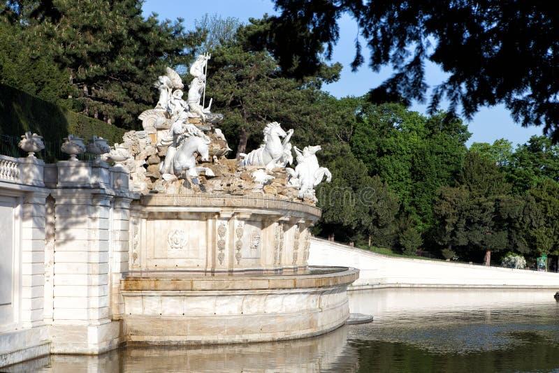 Detail von Neptun-Brunnen in Schonbrunn-Palast in Wien stockbild