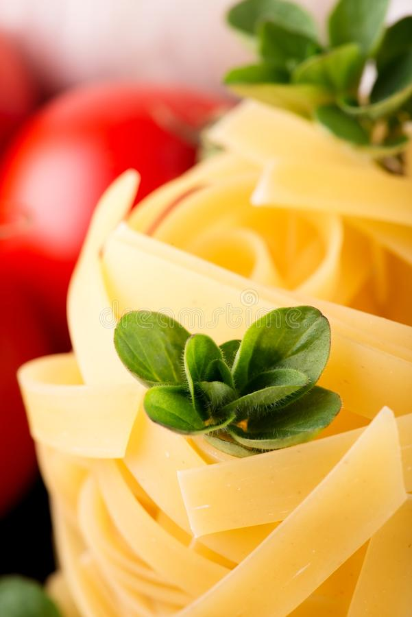 Detail von Oregano strig auf Teil Fettuccine lizenzfreies stockbild