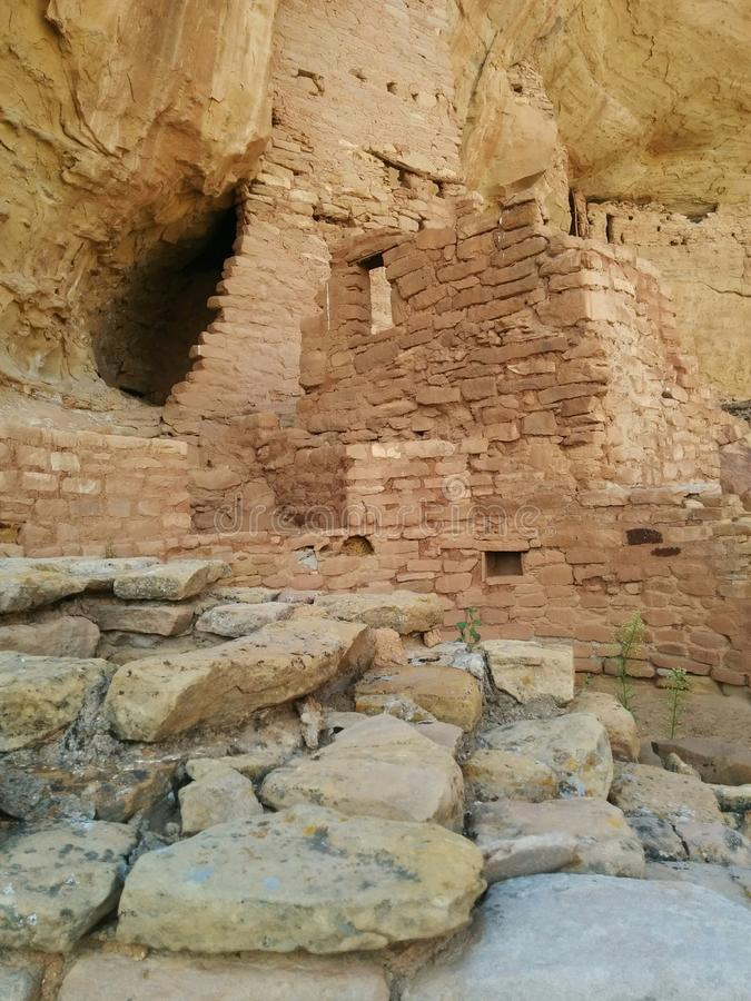 Detail von Ruinen bei Mesa Verde National Park mit Felsen und Anlagen stockbilder