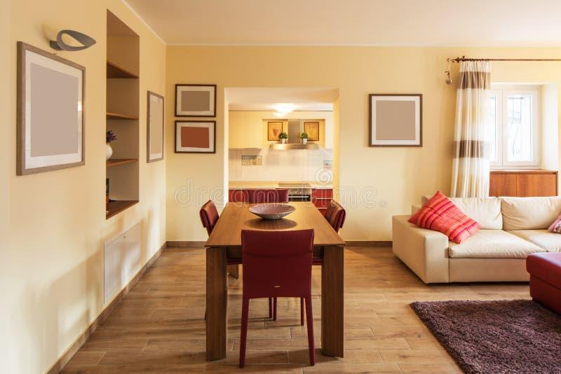Detail von Stühlen und Tabelle im Wohnzimmer stockfotografie