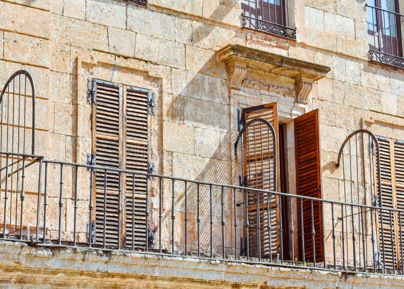 Detail von Türen und Fenster des Hauptplatzes von Ciudad Rodrigo, Salamanca stockfoto