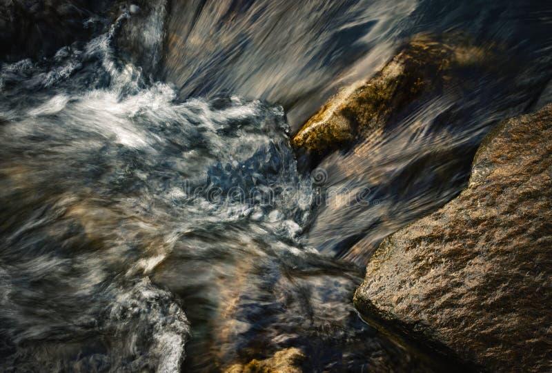 Detail von unscharfen Kräuselungen im Fluss stockfotos