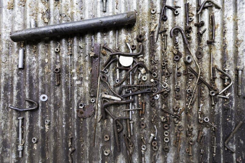 Detail von verschiedenen rostigen metallischen Bolzen, von Schrauben, von Nüssen und von anderen Teilen lizenzfreie stockfotografie