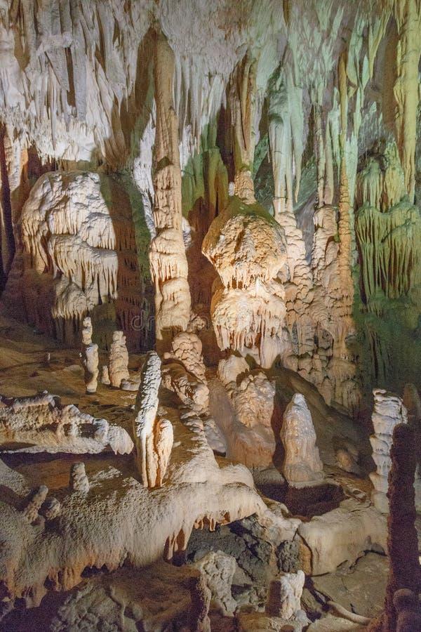 Detail von verschiedenen Stalaktiten in der Höhle lizenzfreie stockfotos