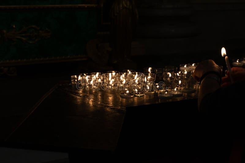 Detail von votive Kerzen stockfotos