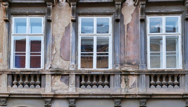 Detail von Windows auf altem Zagreb-Gebäude, Kroatien lizenzfreie stockfotos