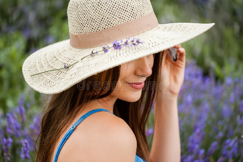 Detaile van een elegante geklede vrouw in een lavendel royalty-vrije stock afbeelding