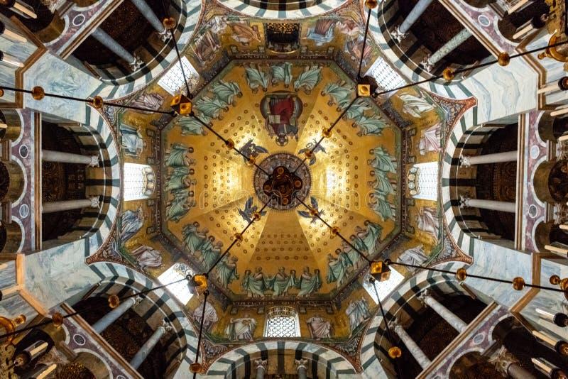 Detailes della cattedrale di Aquisgrana in Germania - vista dall'interno fotografia stock